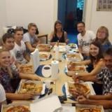 """Alle """"Campis"""" verbringen mit Ihren Fahrlehrern zusammen ein Mittagessen bei leckerer Pizza."""