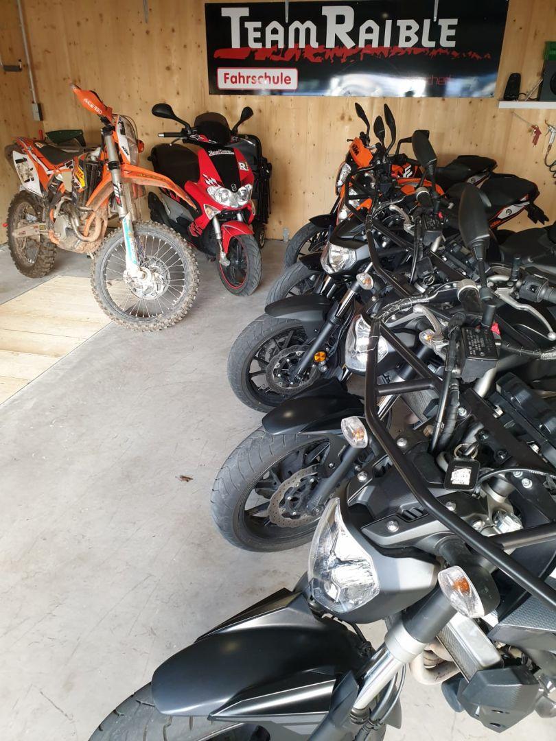 Unsere Fahrschulmotorräder in Reih und Glied