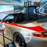 Mit seinem frei zugänglichen Full-Motion-Simulator – übrigens einem der wenigen deutschlandweit – bietet der PS.SPEICHER einzigartiges Rennfeeling für alle Hobby-Rennfahrer!<br /> <br /> Am Steuer eines Porsche 911 Carrera 4 Cabrio mit GT-Bodykit geht es allein oder mit Beifahrer auf einer von über 30 Rennstrecken ganz schön zur Sache – z.B. in Imola, auf dem Nürburgring oder in Silverstone. Geschaltet wird automatisch oder manuell. Der Simulator basiert auf der 6-DOF Plattform (six degrees of freedom), die realistische Fahrbewegungen erzeugt und somit echtes Rennfeeling spüren lässt. Basis für die Simulation ist das Rennspiel GTR Evolution.<br />