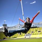 Der Flying Fox im Olympiastadion ist eine atemberaubende Attraktion in München.<br /> <br /> Mit einer Höhe von 35 Metern und einer Seillänge von über 200 Metern hat er die perfekten Zutaten für einen unvergesslichen Moment.<br /> <br /> Genieße die spektakuläre Aussicht über München, denn schon der Weg über das Dach ist ein Erlebnis für sich. Die transparente Konstruktion erlaubt tiefe Einblicke in das Olympiastadion und sobald du die Absprung Plattform erreicht hast wirst du in ein speziell konstruiertes Sicherheitssystem eingeklinkt. Nun kann es losgehen: 3, 2, 1, Absprung! Und schon fliegst du über den heiligen Rasen und fühlst dich in der Luft wie ein Vogel. Mit rasanter Geschwindigkeit geht es dem Boden entgegen und wenn du unten angekommen bist, wird es noch einige Zeit dauern, bis sich der Adrenalinschub wieder legt.<br /> <br /> Spring über deinen Schatten und flieg mit dem Flying Fox vom Olympiadach.