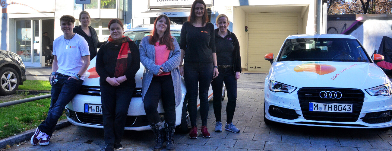 Frauen-Team vor den Fzg